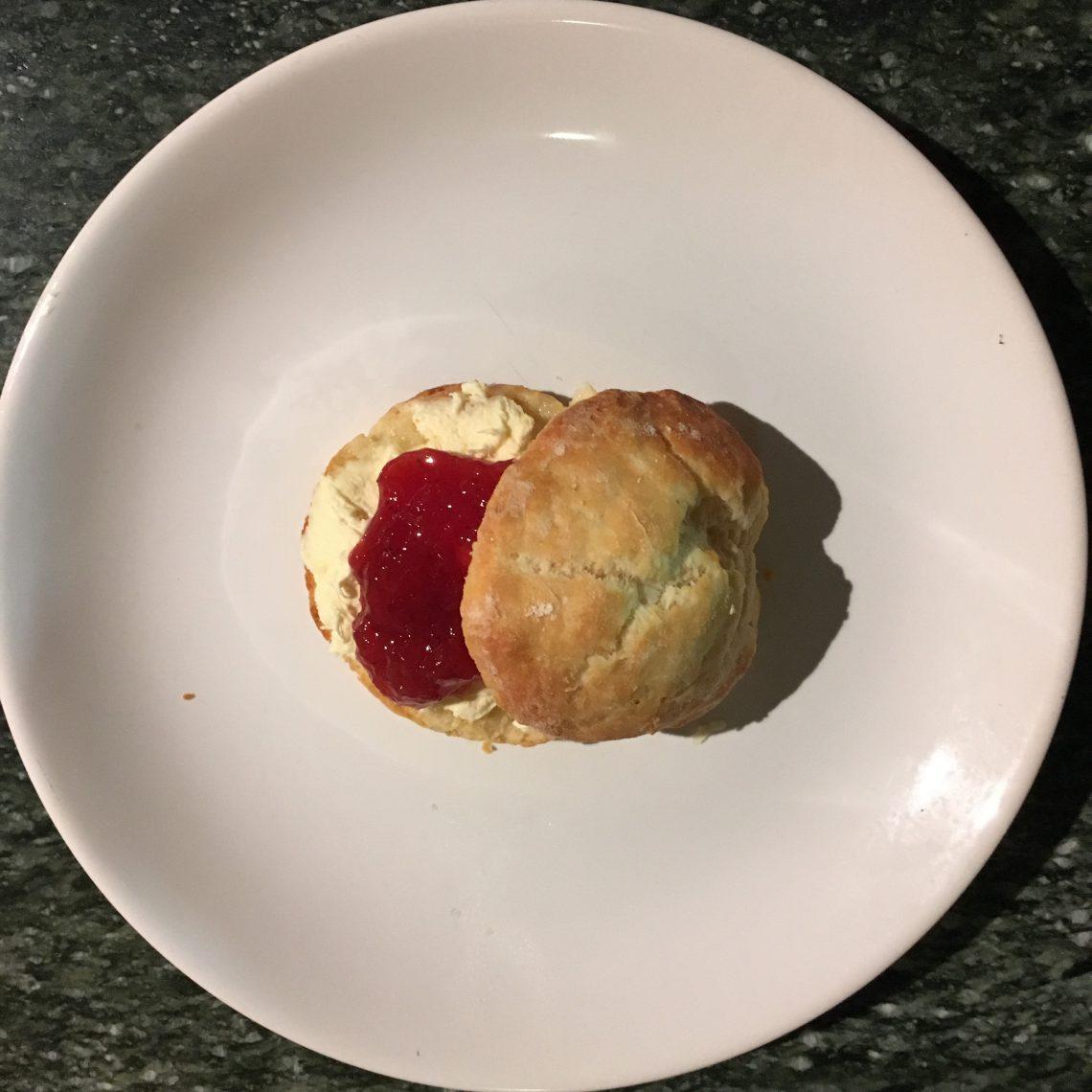 scones con clotted cream e marmellata di fragole per il five o'clock-tea